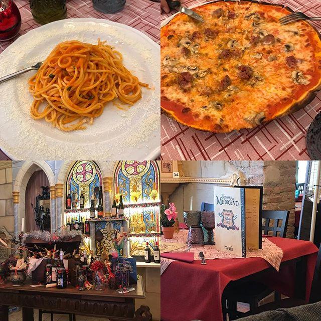 ローマ観光の二日目。ランチはバチカンのすぐ北にあるRitorno al Medioevo Roma というレストランに。月曜日で時間も早かったせいか、空いてました。生のパスタでもちもちしていて美味しかった。ピザは薄くてパリパリしていてローマスタイルでした。大きいけど薄いのでペロリと食べられました。あとで日本に帰って、ブログにレポちゃんと書きます!#ローマ #イタリア #海外旅行 #roma #itary  #Ritorno al Medioevo Roma #ottaviano