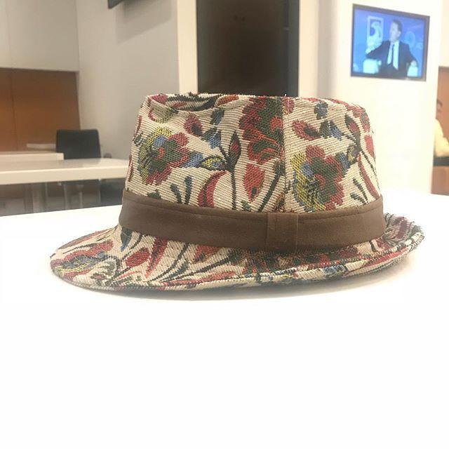先月亡くなった主人のお兄さんの形見の帽子。主人がかぶってきました。お兄さんもいっしょにローマ旅行です️