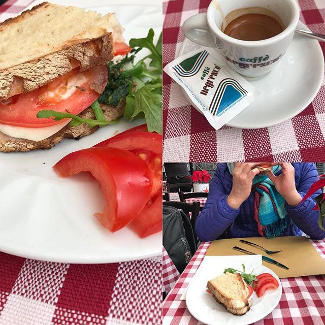 ローマ観光4日目 ランチはカンポ・デ・フィオーレの周りにあるカフェでサンドイッチを食べました。ローマに来て初めて曇りで寒い。ローマの人は寒いのに外で食べるのが好きらしい(≧∀≦) 後ほど日本で詳細レポ書きます。#ローマ #イタリア #海外旅行 #roma #itary