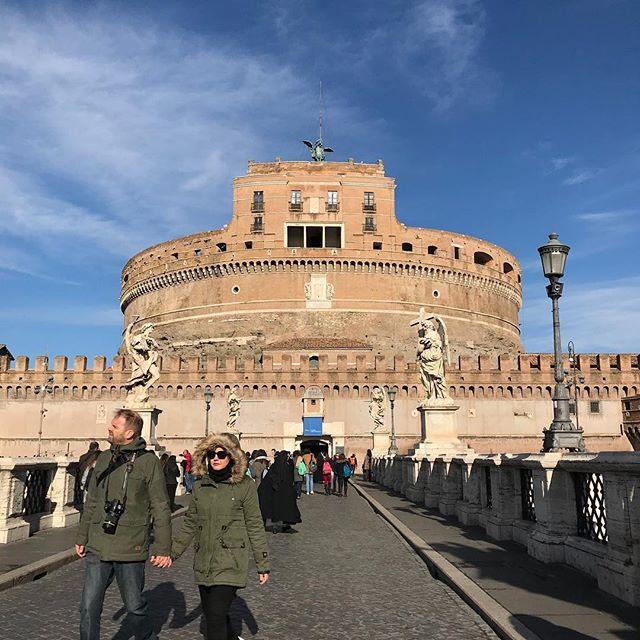 テベレ川を渡ってサンタンジェロ城 詳細レポは後ほど。#roma #itary #ローマ #イタリア #海外旅行 #サンタンジェロ城