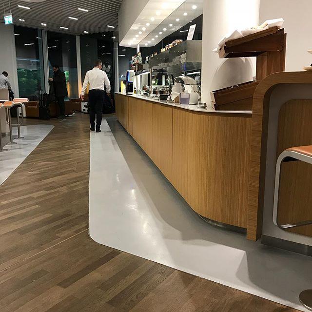 今、乗り継ぎのミュンヘン空港のラウンジです。ローマ行きのフライトまで少し時間があるので投稿しまくっています。こちらはまだ16日の夕方18時18分。今年の12月16日は異様に長いです(^。^)#ミュンヘン #海外旅行 #ローマ #イタリア #ルフトハンザ #roma #itary #lufthansa