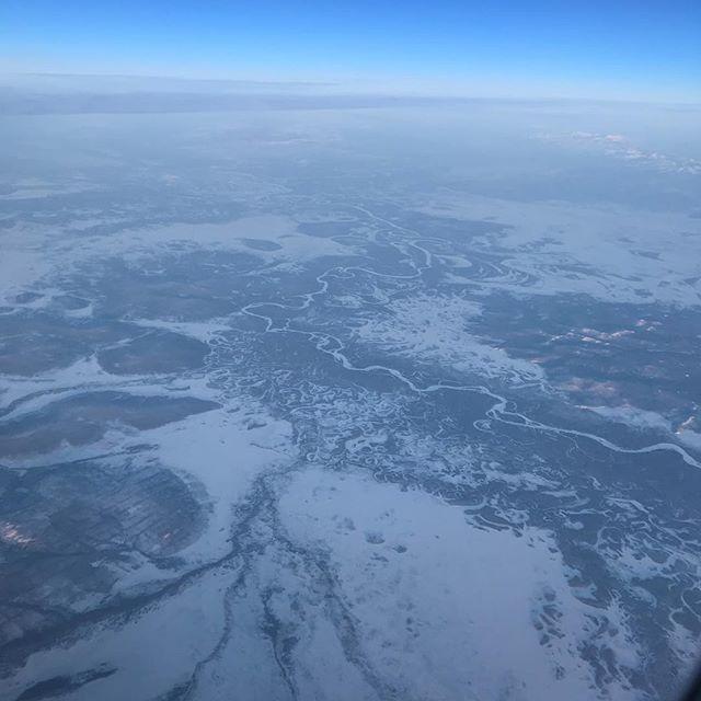 ロシア上空 川が凍っています!