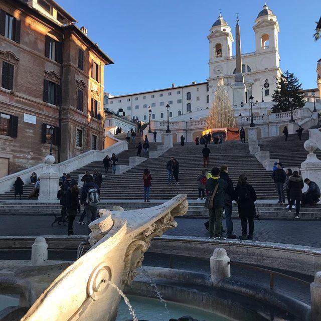 ローマ スペイン広場と舟の噴水から見上げた、トリニタ・ディ・モンティ教会
