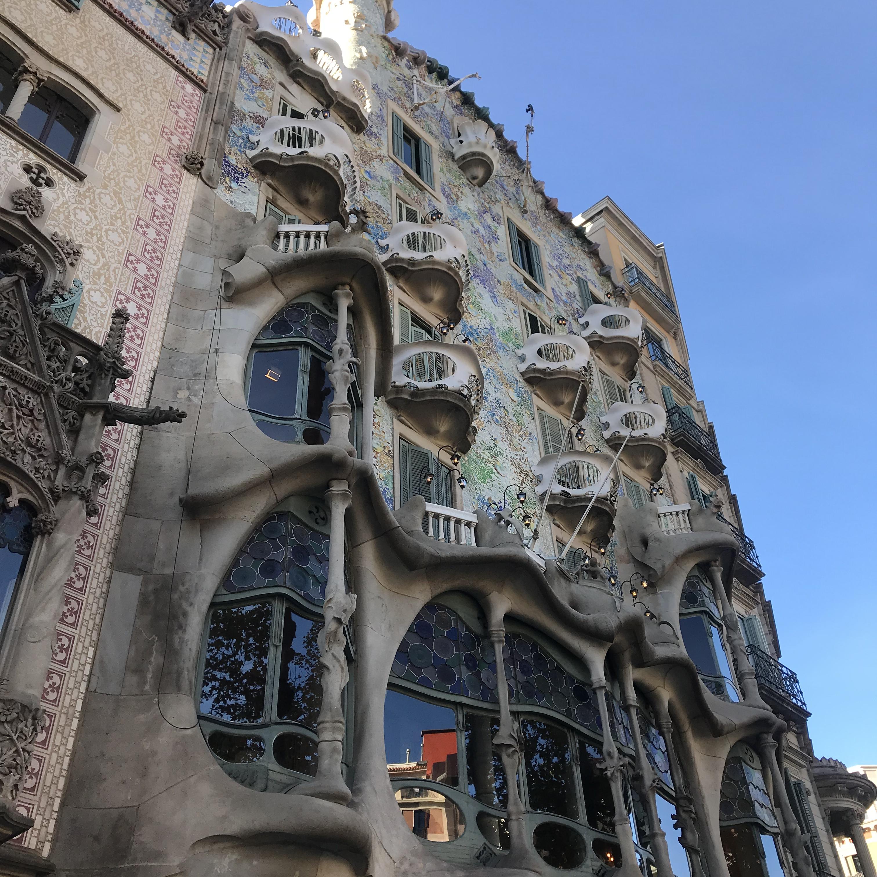 バルセロナ観光初日 ツーリストバスで市内めぐり 今日のメインはカサ・バトリョとカサ・ミラ