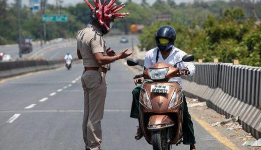 インドの警察 コロナヘルメット